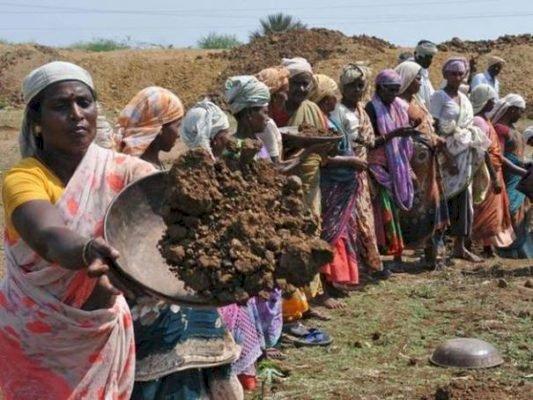 100 நாள் வேலை திட்டத்தில் 198 கோடி மோசடி? திருச்சி ஆட்சியரிடம் புகார்மனு: