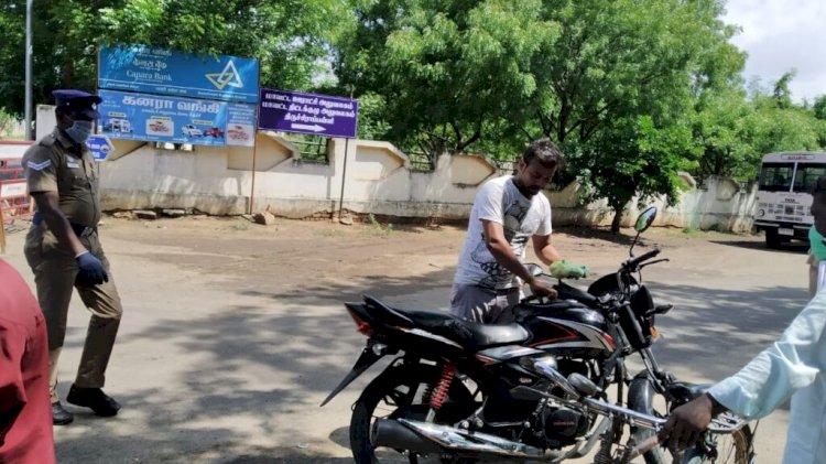 மாவட்ட ஆட்சியர் அலுவலகம் முன்பு மாஸ்க் இல்லாமல் பயணம்! கவனித்த காவலர்கள்!