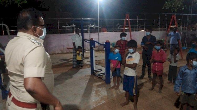 சிறுவர் சிறுமியருக்கு கொரோனா வைரஸ் விழிப்புணர்வு ஏற்படுத்திய காவல் ஆய்வாளர்!!