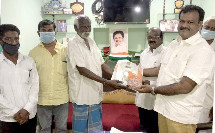 காங்கிரஸ் கட்சியை சேர்ந்த 60 பேருக்கு கட்சி சார்பில் தீபாவளி பரிசு- ரெக்ஸ் வழங்கினார்