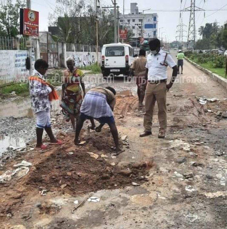 கண்டுகொள்ளாத மாநகராட்சி - களத்தில் இறங்கிய காவல் ஆய்வாளர்!!