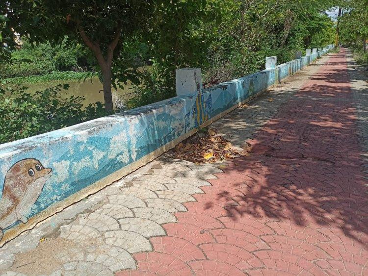 உய்யக்கொண்டான் கால்வாய் அருகே நடைபாதையில் ஏற்பட்டுள்ள விரிசல்களை சரிசெய்ய மாநகராட்சிக்கு பொதுமக்கள்  கோரிக்கை